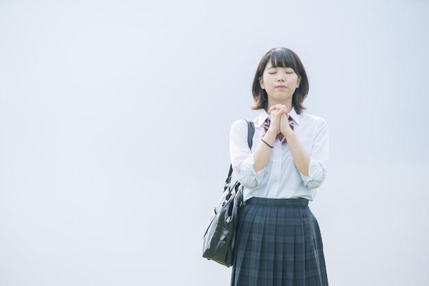 Chica de secundaria rezando