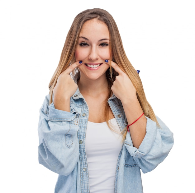 Chica señalando su sonrisa