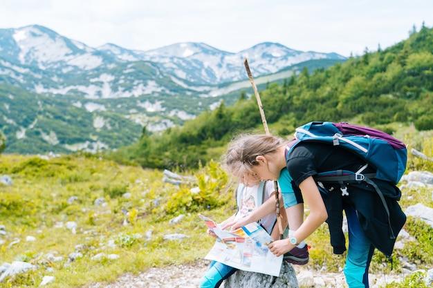 Chica senderismo en un hermoso día de verano en las montañas de los alpes