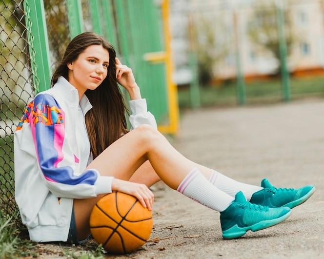 Chica sentada con baloncesto