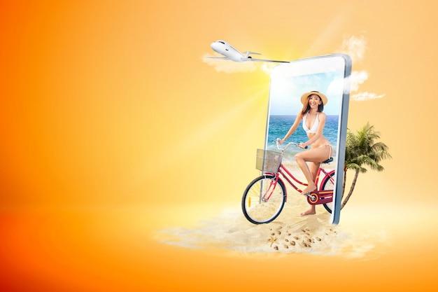 Chica sexy asiática con sombrero y bikini montando bicicleta en la playa