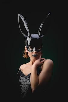 Chica sexy en una máscara de conejito negro
