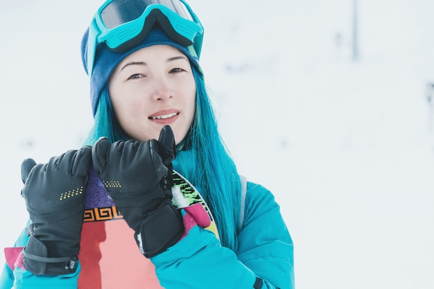 Chica snowboarder en la estación de esquí
