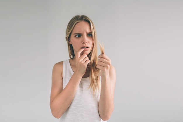 Chica sobre un fondo blanco con un problema de cabello