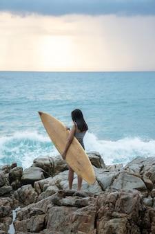 Chica sola viajero en la playa, phuket tailandia