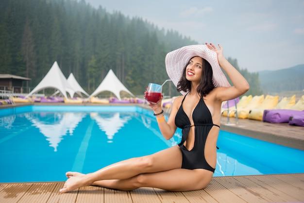 Chica en un sombrero y bikini negro