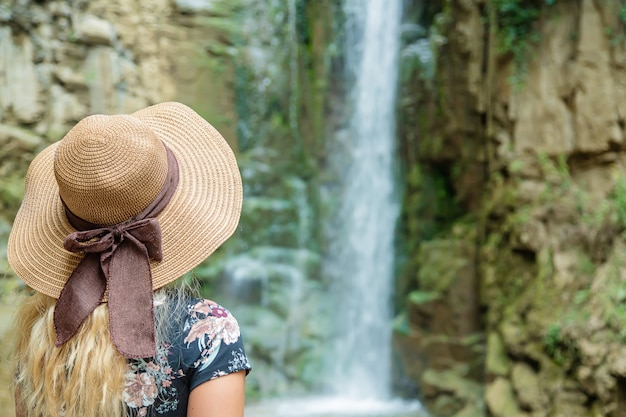 La chica del sombrero mira las vistas de georgia tbilisi.