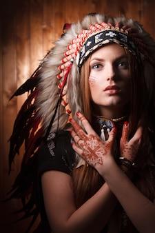 Chica con sombrero tradicional de estilo indio. arte de maquillaje indio