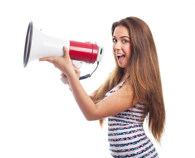 Chica sonriendo con un megáfono
