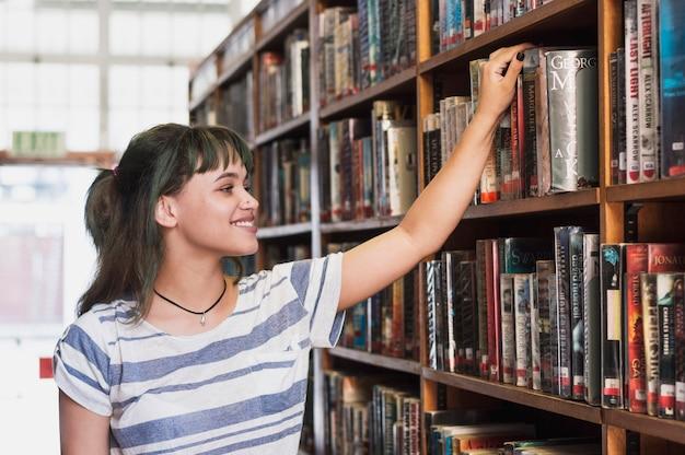 Chica sonriente en biblioteca