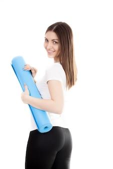 Chica sonriente preparada para la clase de yoga