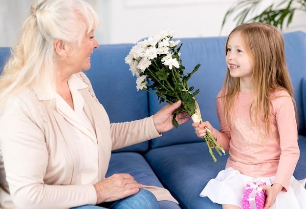 Chica sorprendente abuela en casa