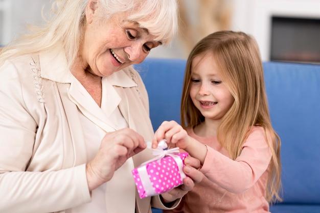 Chica sorprendente abuela con regalo