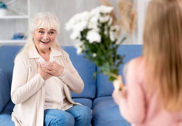 Chica sorprendente abuela