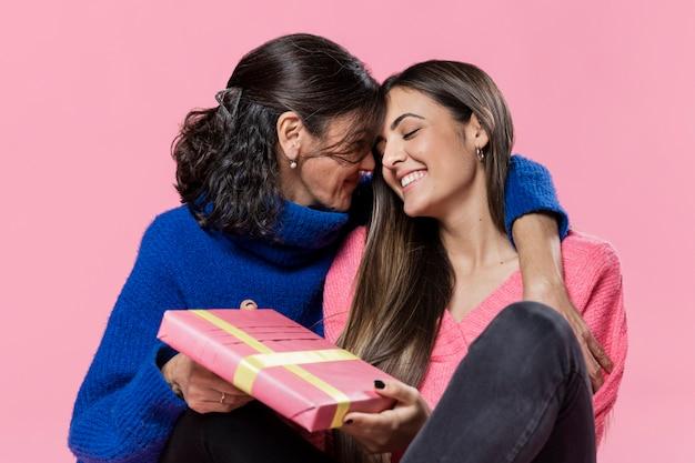Chica sorprendente mamá con regalo
