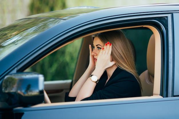Chica sorprendida y asustada antes del accidente en la carretera con el coche.