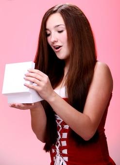 Chica sorprendida con un regalo de navidad