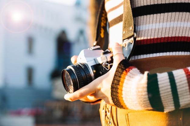 Chica sosteniendo cámara de fotos