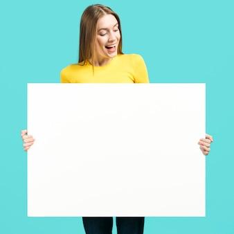 Chica sosteniendo cartel