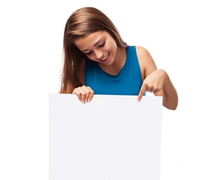 Chica sosteniendo un cartel