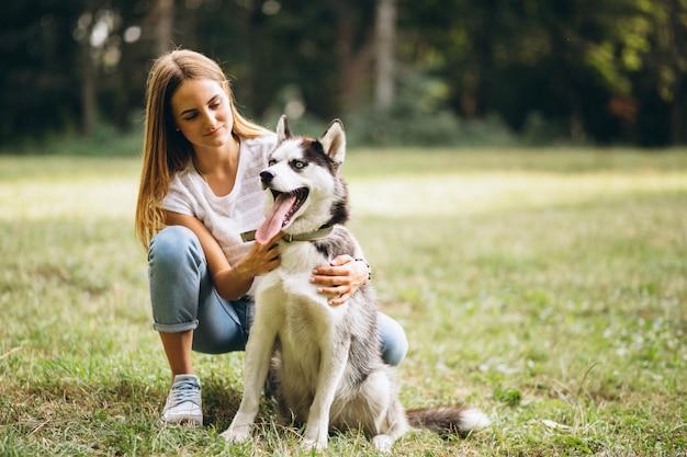 Chica con su perro en el parque