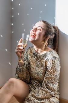 Chica en el suelo en fiesta de año nuevo