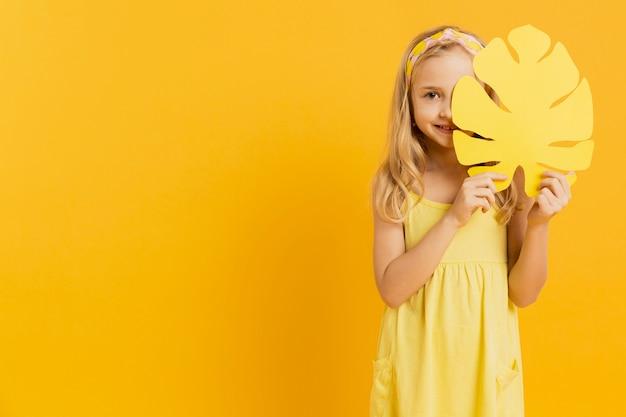 Chica sujetando la hoja con espacio de copia