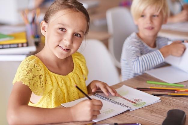 Chica durante sus deberes diarios en la escuela.
