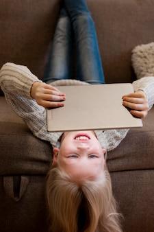Chica en tableta con concepto de espacio de copia