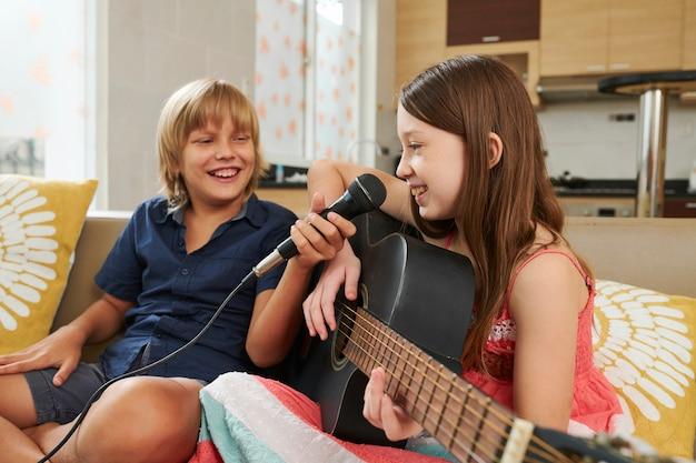 Chica talentosa cantando en micrófono