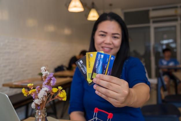 Chica con tarjetas de crédito