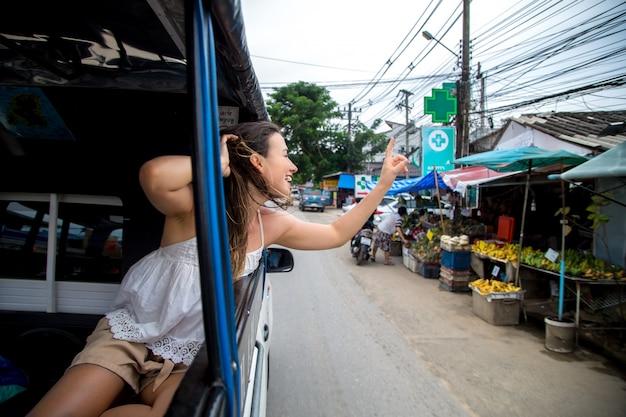 Chica en el taxi tuk-tuk
