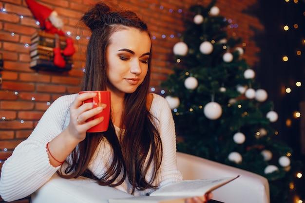 Chica con taza