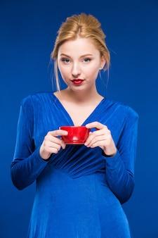 Chica con una taza
