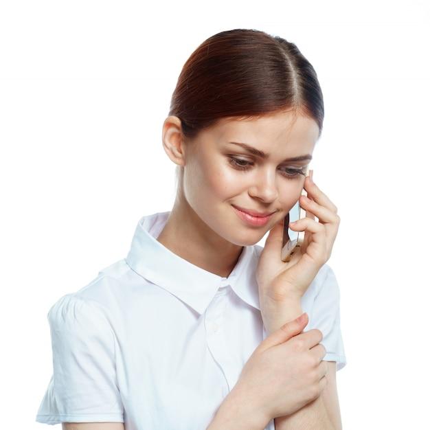 Chica con un teléfono, blanco aislado