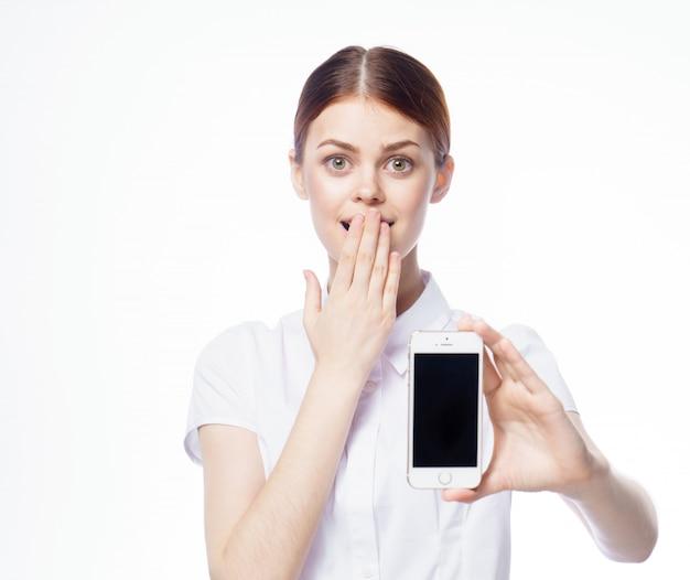 Chica con un teléfono, espacio aislado blanco