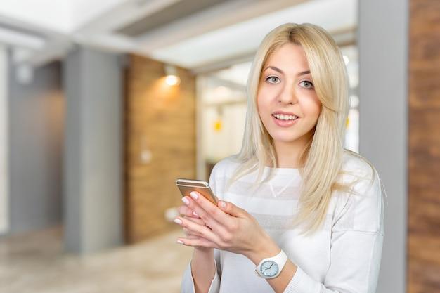 Chica con teléfono inteligente