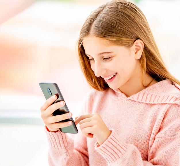 Chica con teléfono parado media vuelta