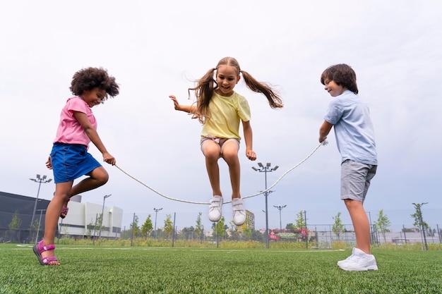 Chica de tiro completo saltando la cuerda