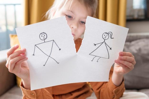 Chica de tiro medio con dibujo roto
