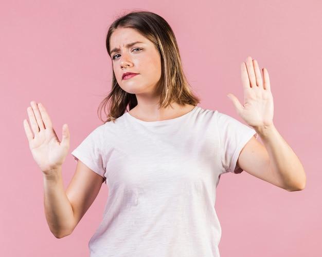 Chica de tiro medio expresando rechazo