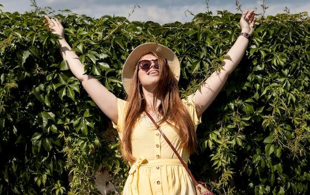 Chica de tiro medio posando al aire libre