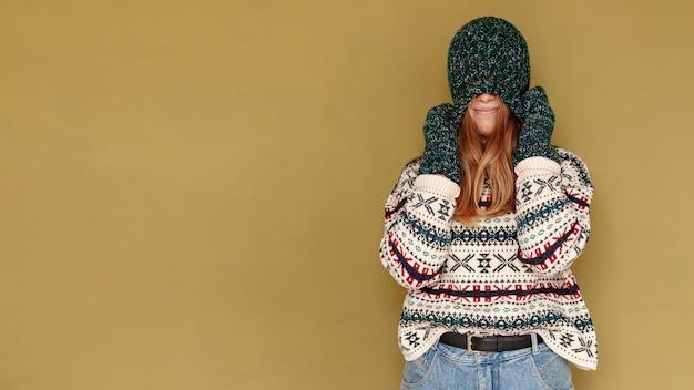 Chica de tiro medio con sombrero y espacio de copia