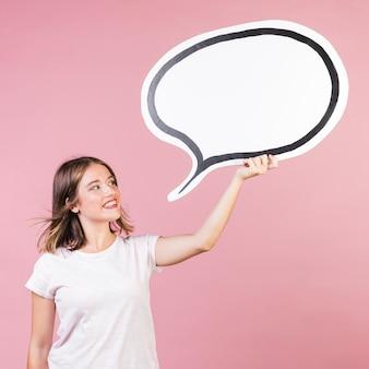 Chica de tiro medio sosteniendo un globo de discurso