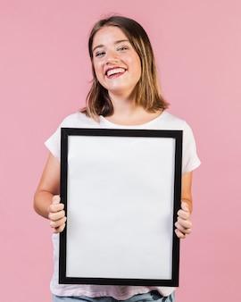Chica de tiro medio sosteniendo un marco