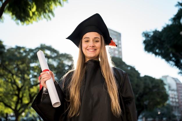 Chica de tiro medio en su graduación.