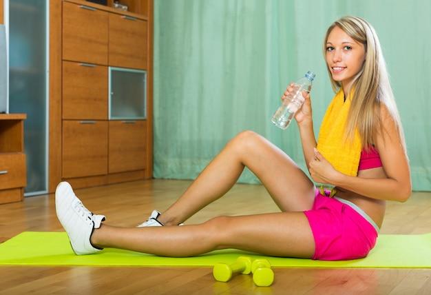 Chica con toalla y botella de agua