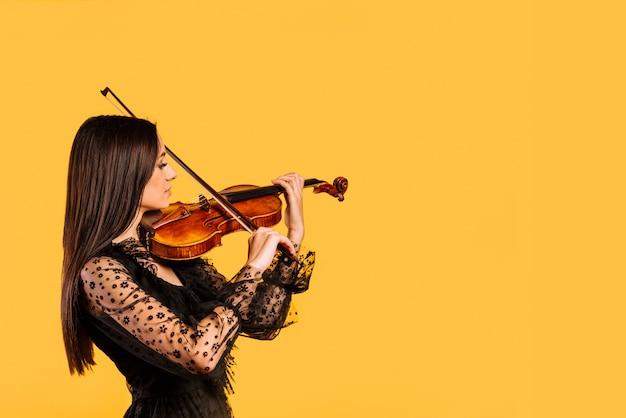 Chica tocando el violín