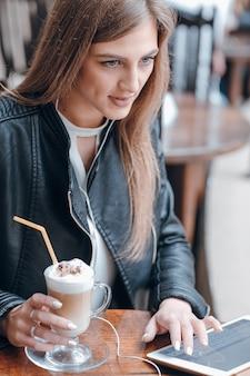 Chica tomando un batido de chocolate