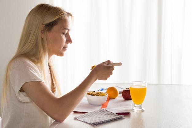 Chica tomando desayuno saludable